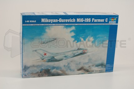 Trumpeter - Mig 19 S    farmer C